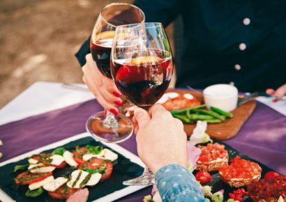 לחיים עם שתי כוסות יין