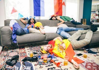 חדר מבולגן עם שלושה חבר'ה גמורים
