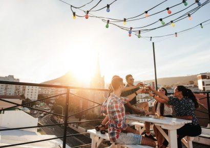 חברים שותים לחיים על הגג